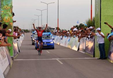 El holandés Peter Koning gana la etapa en solitario y se viste de líder